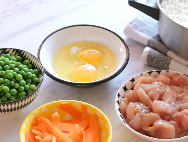 אורז מהיר עם ירקות ועוף בנוסח תאילנדי_צילום ומתכון טליה הדר אשת סטייל