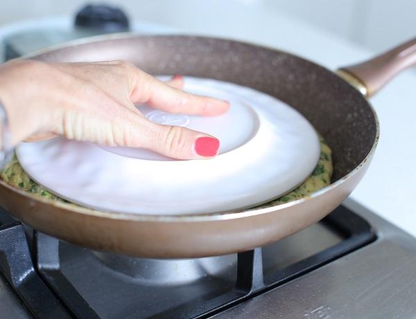 איך להפוך פשטידה במחבת מבלי שתתפרק_טריקים למטבח_טליה הדר