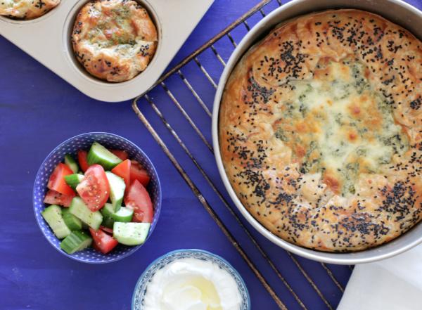 מחלצים בזהירות מהתבנית, מכינים בצד סלט ירקות טרי (או עגבניה מגורדת) ומגישים בסטייל - ככה פשוט!