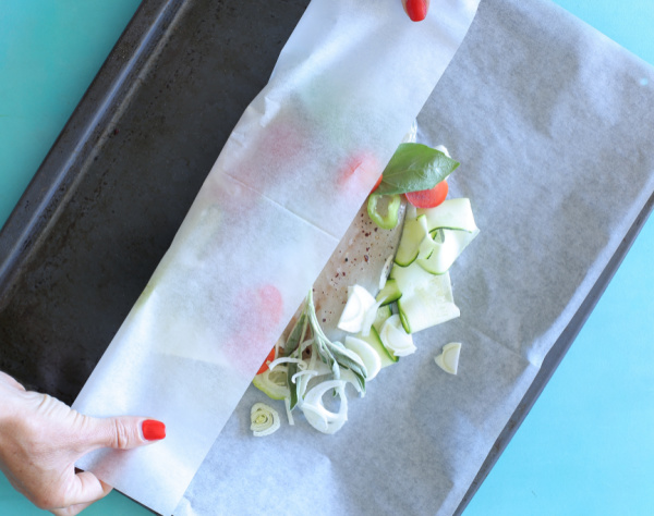 איך לקפל את נייר האפיה שמכינים דג עטוף בנייר אפיה_טליה הדר אשת סטייל