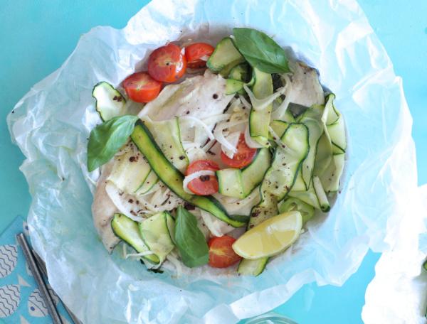 דג וירקות בתנור בתוך נייר אפיה_ צילום ומתכון טליה הדר אשת סטייל
