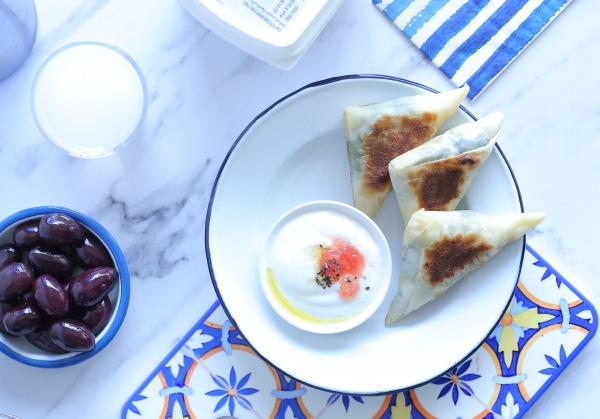 משולשי גבינה ותרד מבצק פילו במחבת _צילום ומתכון: טליה הדר אשת סטייל