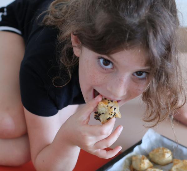 מאפי גבינה מהירים_מאפי מוצרלה קטנים ומהירים_מאפים לילדים_צילום ומתכון טליה הדר אשת סטייל