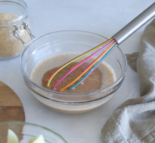 חותכים לקוביות קטנוות ומערבבים בקערה יחד עם הסוכר