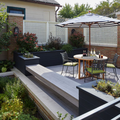 outdoor courtyard with landscaping old town chicago home
