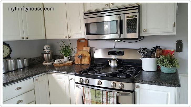 Creating a modern farmhouse kitchen using a neutral paint palete