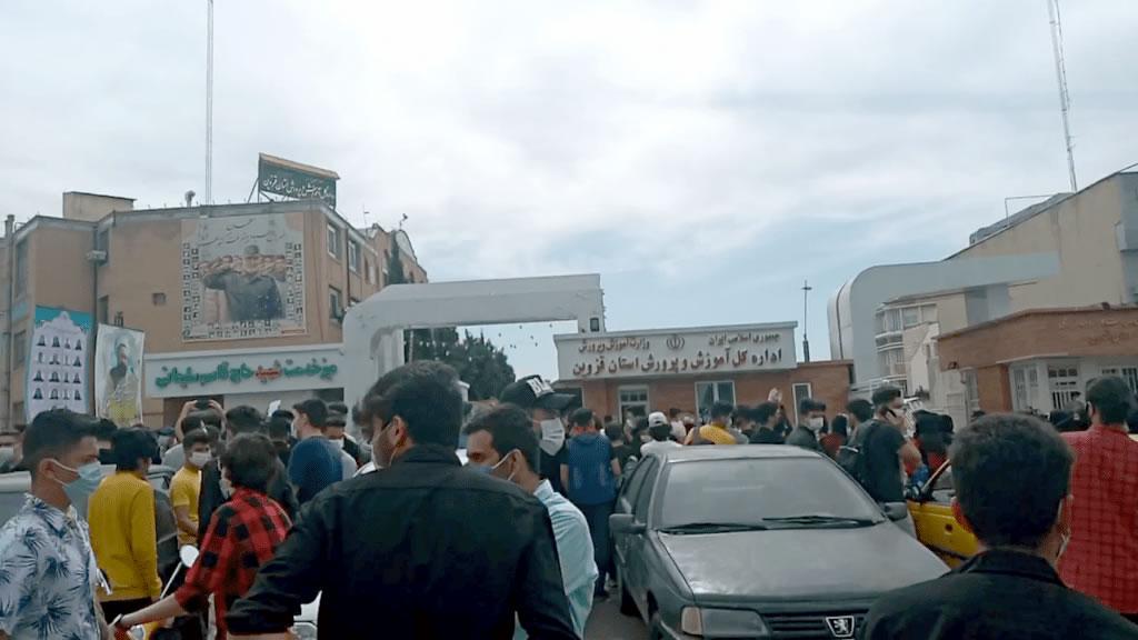 در پی اعتراض به برگزاری امتحانات حضوری در قزوین در روز دوشنبه ۱۳ اردیبهشت؛ نیروی انتظامی دانش آموزان معترض را با خشونت محبوس کرد