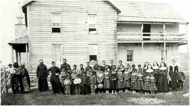 مدرسهٔ شبانهروزی کاتولیک برای بومیان در «دریاچهٔ اونیون» در استان ساسکاچوآن، کانادا، در دههٔ ۱۸۹۰.