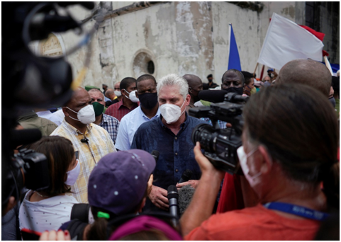میگل دیاز کانل، رئیسجمهوری کوبا، پس از راهپیمایی در خیابانها با خبرنگاران صحبت میکند. (عکس از Alexandre Meneghini، رویترز)