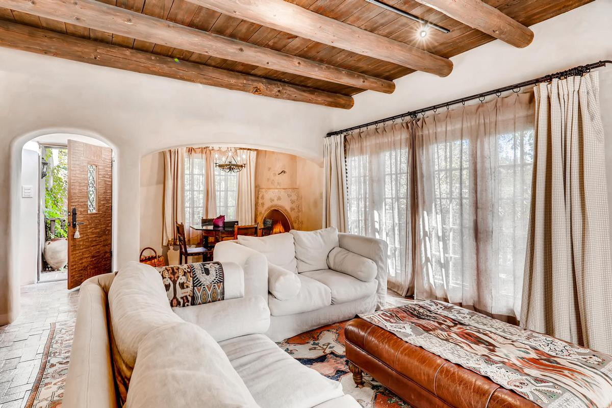 Casa Contenta Southwestern Living Room| Southwestern Decorating Ideas
