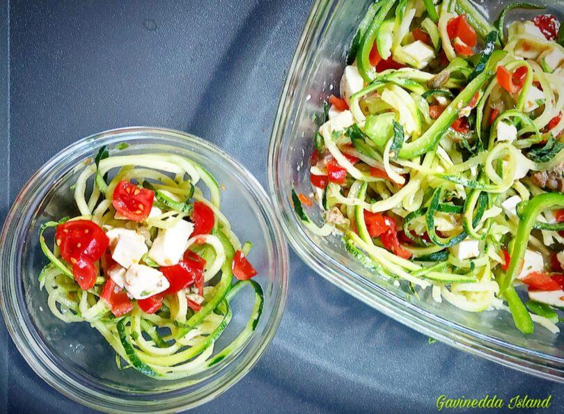 Insalata zucchine, cetrioli, pomodori e mozzarella