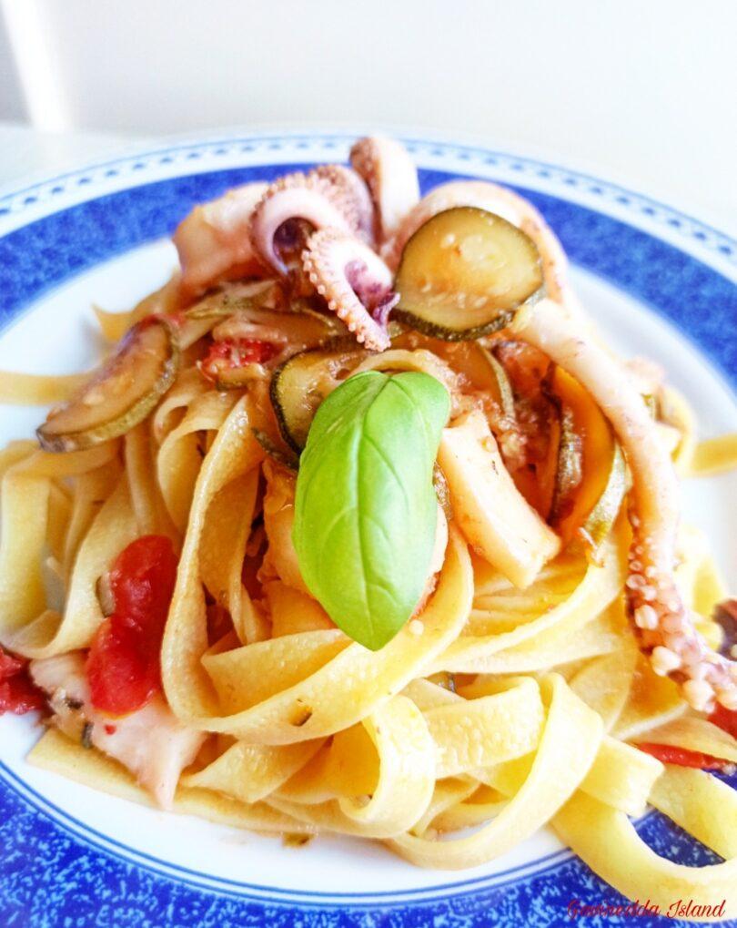 Pasta calamari, zucchine e pomodorini