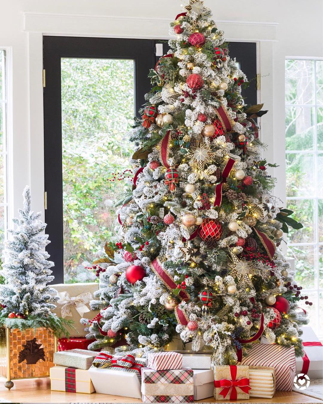 Beautiful Christmas Tree Image courtesy of: @zevyjoy