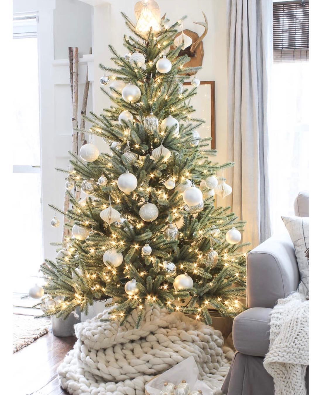 Simple & Elegant Christmas Tree   Rooms for Rent Blog