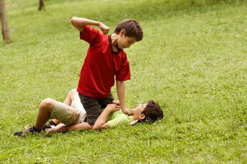 Niños que golpean