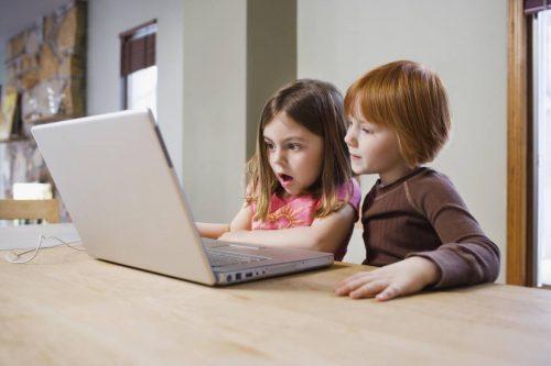 ¿Hasta qué edad debo darle permiso de usar internet?