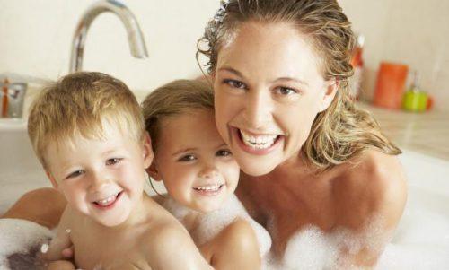 ¿Hasta qué edad es conveniente bañarte con tus hijos?