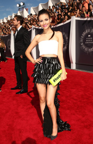 Victoria-Justice-carries-Edie-Parkers-Flavia-Hashtag-clutch-to-the-VMAs-6