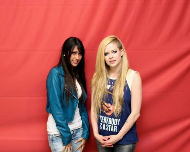 NOT AWESOME ☒ If Avril Lavigne is charging fans $400 FOR A PHOTO with her, then she should at least TRY to be less awkward