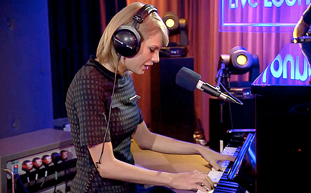 """Taylor Swift Covers Vance Joy's Song """"Riptide"""" And It Is Absolutely Beautiful"""