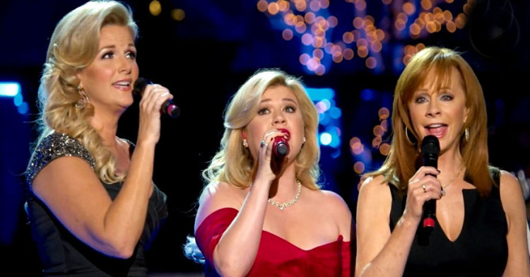 """Kelly Clarkson, Trisha Yearwood, And Reba McEntire Do The Most BEAUTIFUL Rendition Of """"Silent Night"""""""