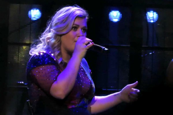 """Kelly Clarkson Performs An AMAZING Cover Of Demi Lovato's """"Cool For The Summer"""""""