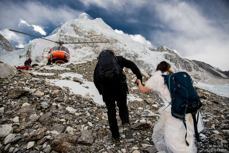 Couple Gets Married On Mount Everest After Trekking For 3 Weeks, And Their Wedding Photos Are Epic 32