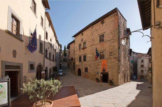Palazzo Taglieschi met links Palazzo del Marzocco