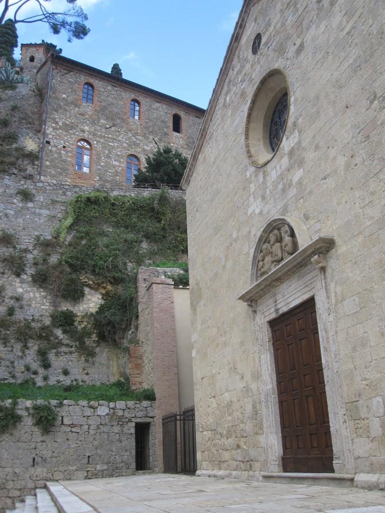 kerk SS. Trinita met op de achtergrond het kasteel La Rocca