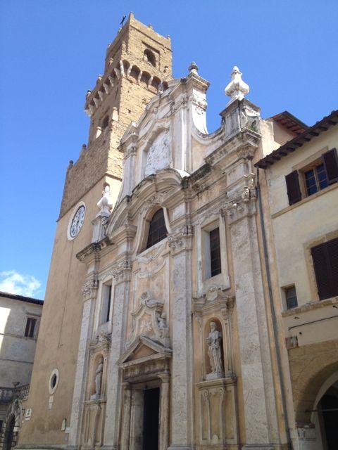 kathedraal en stadstoren Pitigliano