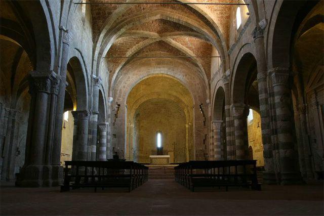 interieur kathedraal van Sovana