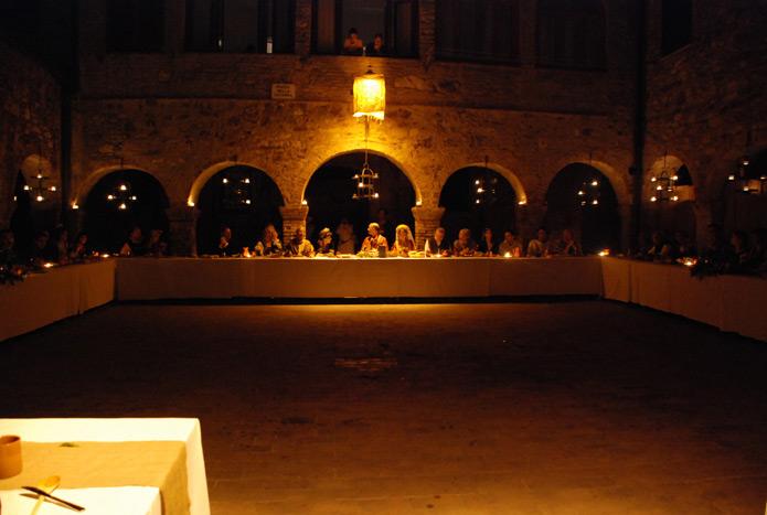 Middeleeuws trouwfeest in de piazza della cisterna