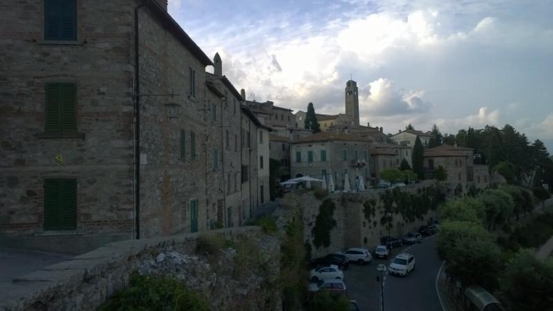 Civitella met stadsmuren op de voorgrond