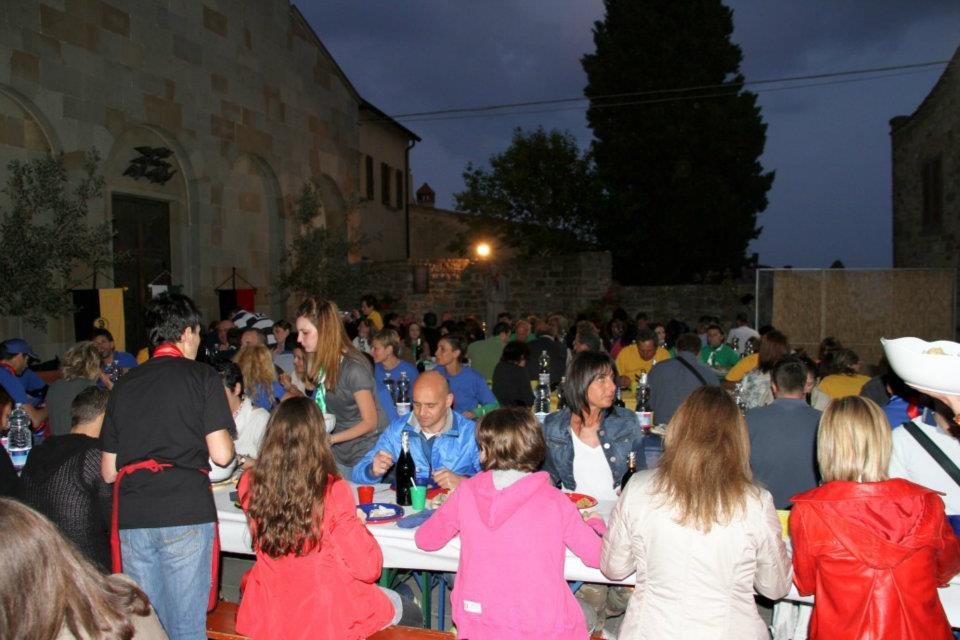 lekker buiten eten tijdens het cena di fine estate