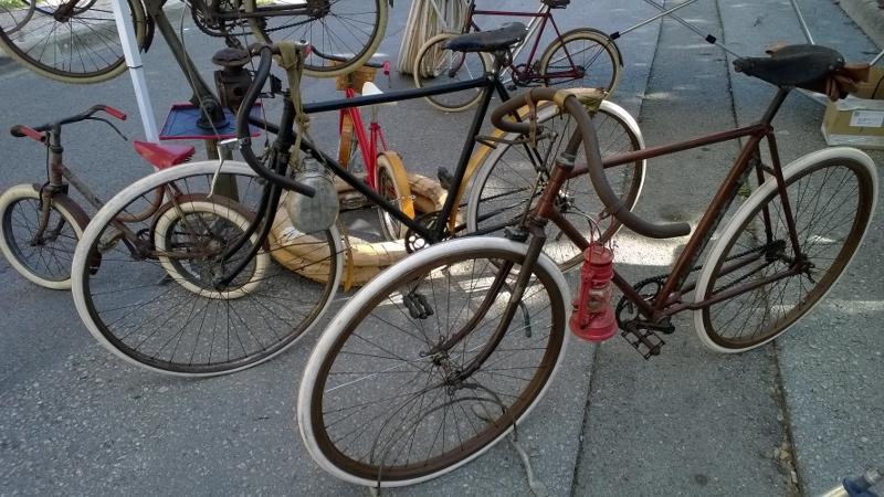 verkoop antieke fietsen op de Eroica markt