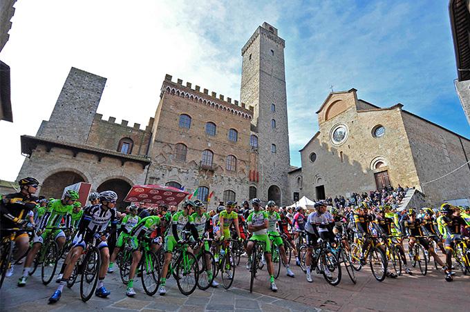 De renners aan de start in San Gimignano