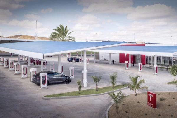 Tesla-Kettleman-City-Supercharger-center -featured image
