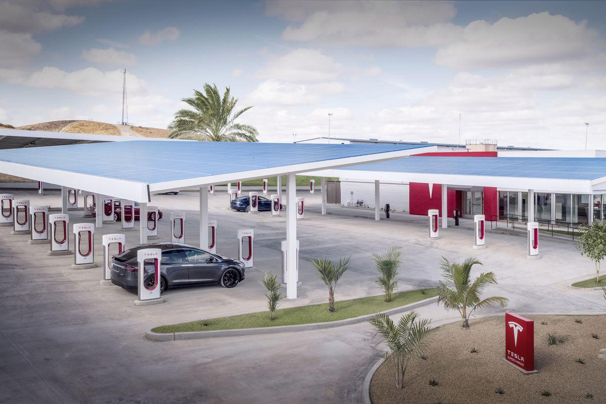 Tesla-Kettleman-City-Supercharger-center