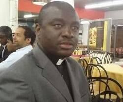El padre Julius Agbortoko