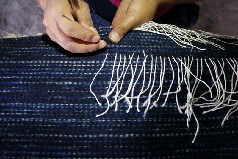 Finishing a weaving in the studio of Porfirio Gutiérrez y Familia