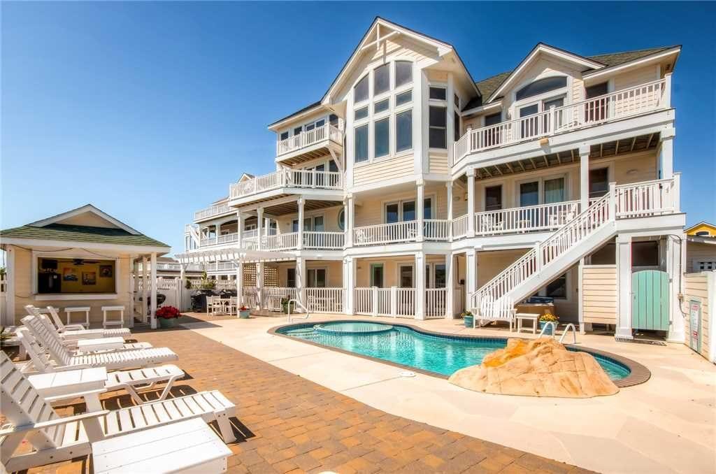 luxury vrbo rental with pool and tiki bar NC