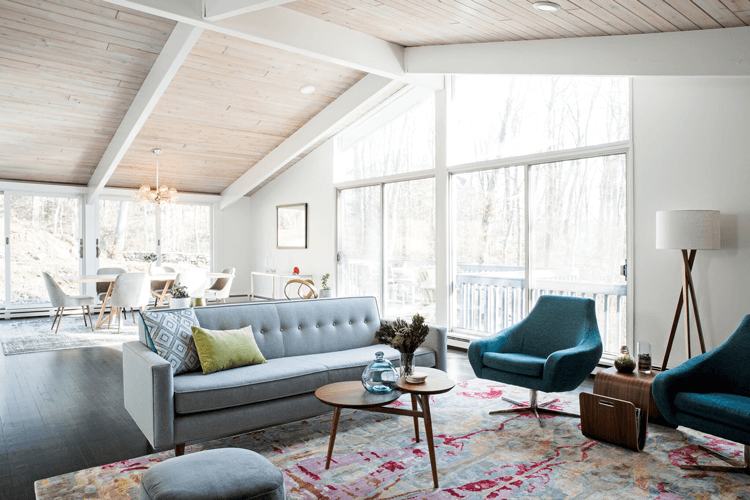 mid century modern, mid century modern living room, wood ceiling, wood paneled ceiling, modern chandelier, teal chair, teal and pink, chartreuse pillow, modern sectional, mid century moern furniture