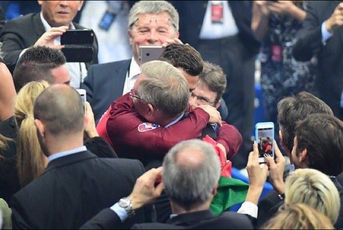 cristiano hugs sir alex ferguson