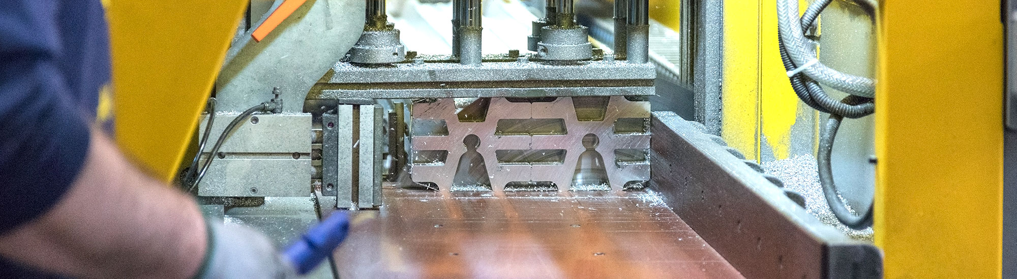 METAL PARTS BEING CUT WITH THE SAW