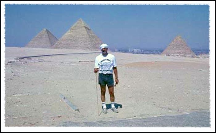 American traveler on the Giza plateau © UrbisMedia 1989