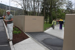 Automatic flood walls that block rising water