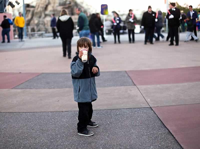 criança tomando bebida quente no parque da disney world em orlando clima