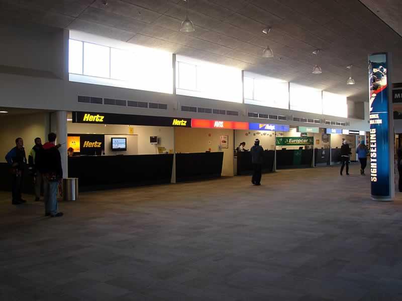 guichês de empresas de aluguel de carros no aeroporto