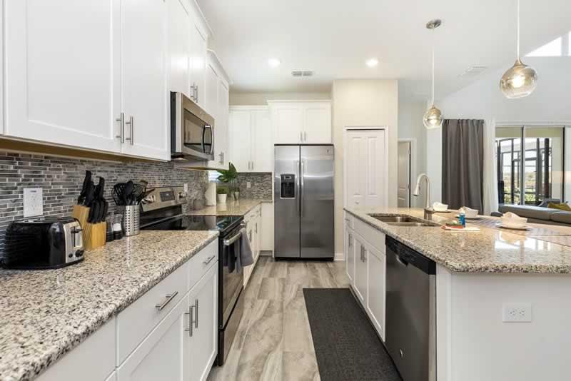 interior e cozinha de casa de aluguel da stays orlando hospedagem