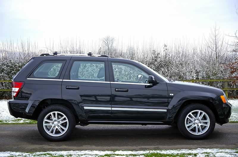 modelo de carro SUV em paisagem de inverno coberta por neve aluguel de carros em orlando